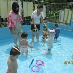 浮き沈みするおもちゃを拾ったり、かぶったり。 子どもたちの遊びは無限です。