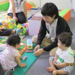 子どもたちは同室のキッズスペースで遊びます