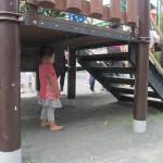 滑り台に下だって子どもにとっては立派な遊具! みんなが通る様子を見ています
