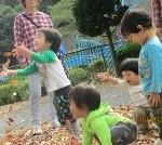 落ち葉の雨に大喜び♪ カサカサする音や手触りも( ・∀・) イイネ!