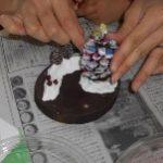 紙粘土で雪をイメージ・・・ ボンドでパーツを付けます